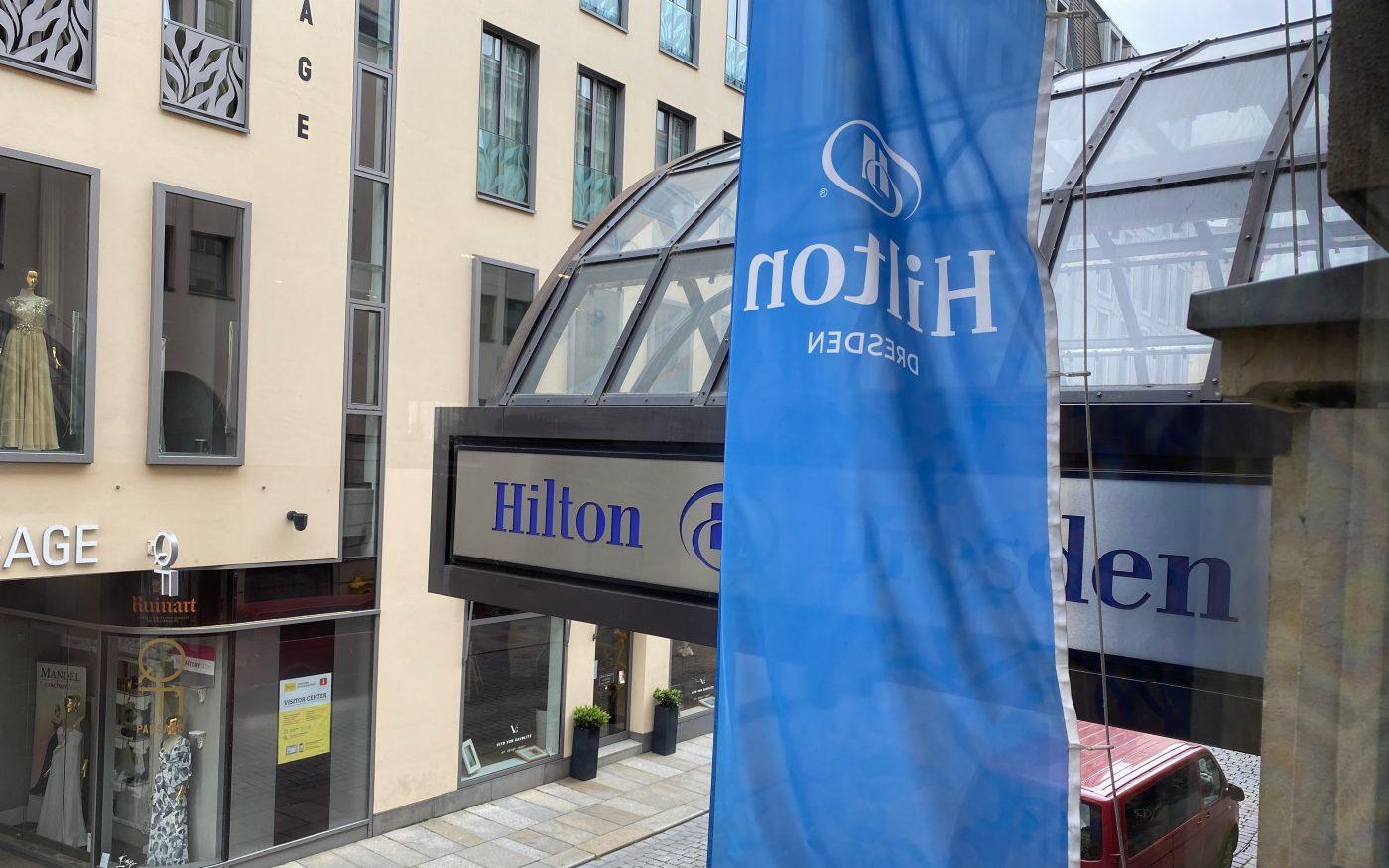 Hilton Logo am Eingang des Hotels